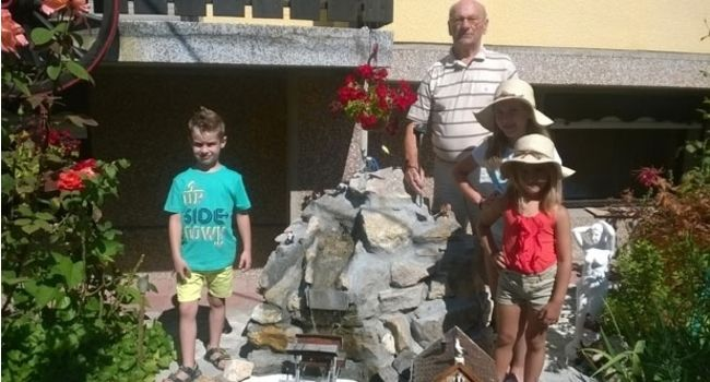 Josip Goretić sa unucima u prelepoj bašti, foto: Novosti
