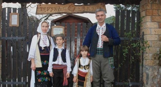 Ova fotografija iz porodičnog albuma nastala je prvih godina nakon preseljenja iz Beograda u Zlakusu