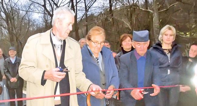 Najstariji u selu otvaraju put za decu i unuke (Foto B. Lomović)