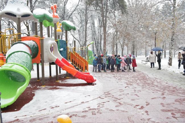 Gradski park u Čačku dobio novo dečje igralište uz podršku NIS-a