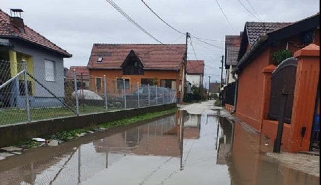 """Potopljena ulica Braće Stanić: """"Punih sedam godina kada padne kiša imamo jezero"""""""