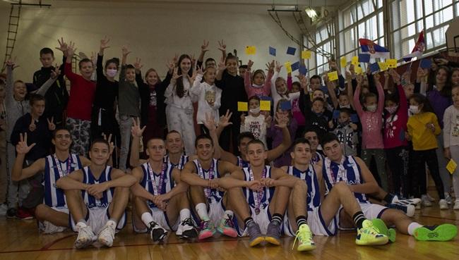 """Košarkaši OŠ """"Milica Pavlović"""" proslavili istorijski uspeh"""